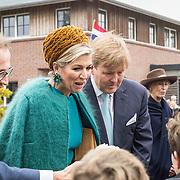 NLD/Almelo/20161028 - Streekbezoek Achterhoek door Willem-Alexander en Maxima, begroet door burgemeester Sijbon