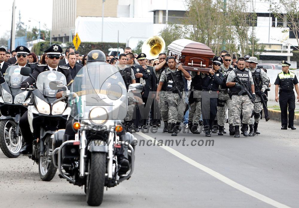 Toluca, México.- La SSC rindió un homenaje de cuerpo presente a Miguel Ángel Zapata Cisneros, quien se desempeñara como Director de Seguridad Pública y Bomberos de Metepec, familiares y amigos acudieron a la ceremonia.  Agencia MVT / Crisanta Espinosa