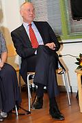 Prinses Máxima opent Blijf van m'n Lijf huis nieuwe stijl<br /> <br /> Hare Koninklijke Hoogheid Prinses Máxima der Nederlanden opent op dinsdag 30 augustus in Alkmaar het eerste Oranje Huis. Het Oranje Huis is een Blijf van m'n Lijf Huis Nieuwe Stijl: een niet geheime, open locatie. Het Oranje Huis is een initiatief van Stichting Blijf Groep en biedt onder één dak advies, hulpverlening en opvang voor mensen die te maken hebben met huiselijk geweld.<br /> <br /> Op de foto: Officiële openingshandeling<br /> <br /> <br /> Princess Máxima opens new home Stay off my Body style<br /> <br /> Her Royal Highness Princess Máxima of the Netherlands opens on Tuesday, August 30 Alkmaar in the first House of Orange. The monarchy is one of my Stay Home New Body Style: not a secret, open location. The monarchy is an initiative of Stay Group Foundation and includes a roof advice, assistance and care for people dealing with domestic violence.<br /> <br /> On the photo: Opening ceremony