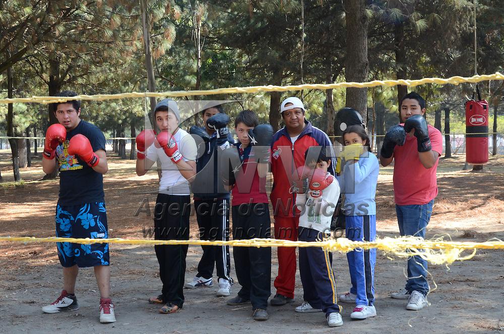Toluca, México.- Niños y jóvenes interesados en el box, practican con gran disiplina en el parque alameda 200, los cuales están a cargo de Javier Álvarez, ex-pugilista olímpico. Agencia MVT / Arturo Hernández S.