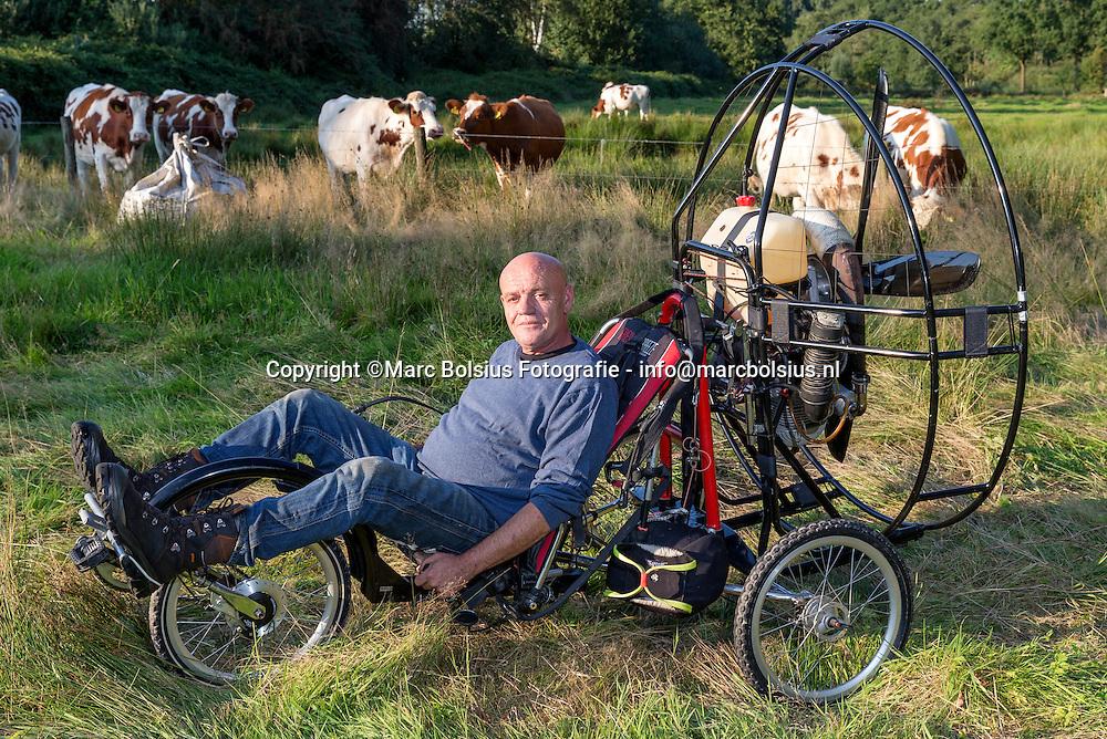 Nederland, Sint Michielsgestel, Theo Quekel, Haanwijk 4 in Sint Michielsgestel.<br /> Hij verkoopt Flyke, een eenpersoons vleigende liggende fiets.