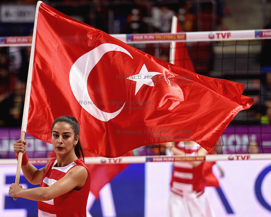 09-01-2016 TUR: European Olympic Qualification Tournament Turkije - Italie, Ankara<br /> De strijd om de tweede Japan ticket wordt gewonnen door Italie. Turkije verliest in de 5de set met 13-15 / Support, entertainment Turkse vlag