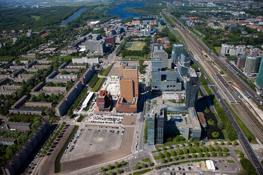 Nederland, Amsterdam, Zuideramstel, 12-05-2009; zicht op het financiele centrum van Amsterdam, de Zuidas, met de ringweg A10 en station Zuid/WTC (rechts in beeld). Er zijn plannen om snelweg en de spoorlijn te overkluizen of ondertunnelen en dit 'dokmodel' zou door een publiek private samenwerking gerealiseerd moeten worden. .Onder in  beeld het hoofdkantoor van ABN-AMRO met links daar achter twee torens van het wooncomplex Gershwin. Langs de A10 het complex Mahler 4, links in de verte de Vrije Universiteit met academisch ziekenhuis VU. Geheel links Buitenveldert. Aan de horizon Nieuwe Meer met links daar van Amsterdamse Bos en Bosbaan. Air view on buildings the financial center of Amsterdam, the Zuidas, bottom the ring road A10. On the left  the housing district Buitenveldert. Swart collectie, luchtfoto (toeslag); Swart Collection, aerial photo (additional fee required).foto Siebe Swart / photo Siebe Swart