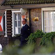 Koninging Beatrix bezoekt haar tandarts Beekman in Laren, beveiligers en chauffeur wachten buiten