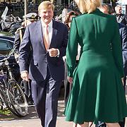 NLD/Amsterdam/20181003 - Koning opent tentoonstelling 1001 vrouwen in de 20ste eeuw, Koning Willem Alexander wordt begroet door Judikje Kiers