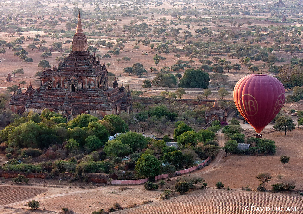 A balloon approaching the Htilominlo temple, the last builded edifice of its style.