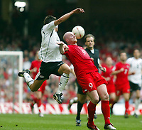 Fotball<br /> VM-kvalifisering<br /> Wales v Østerrike<br /> 26. mars 2005<br /> Foto: Digitalsport<br /> NORWAY ONLY<br /> John HArtson tussles with Austrias Emanuel Potagez