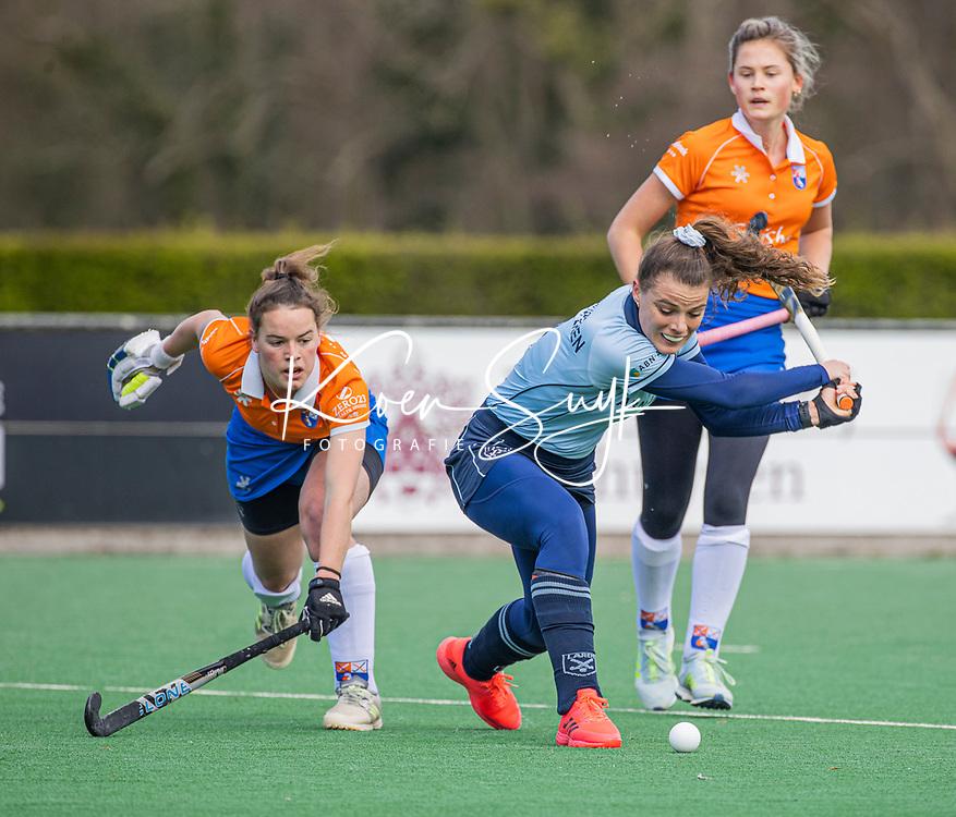 BLOEMENDAAL -  Pam van Asperen (Laren)  met links Malou Nanninga (Bldaal)  en rechts Cis van de Salm (Bldaal) tijdens de hoofdklasse hockeywedstrijd dames , Bloemendaal-Laren (5-1).  COPYRIGHT  KOEN SUYK
