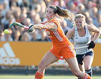 AMSTERDAM - Hockey -  Lidewij Welten (Neth) stuit op keeper Massie Hinch (GB) . Interland tussen de vrouwen van Nederland en Groot-Brittannië, in de Rabo Super Serie 2016 .  COPYRIGHT KOEN SUYK