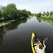 Nederland Vlist 9 juni 2006 20060609 Foto: David Rozing .Groene hart, 2 vrouwen varen met kano over de Vlist.  ..Serie tbv Schieland en de Krimpenerwaard, deze zorgt als waterschap voor droge voeten en schoon water in een bepaald gebied. Het beheersgebied van Schieland en de Krimpenerwaard strekt zich uit tussen Rotterdam, Schoonhoven en Zoetermeer. Binnen dit gebied zorgt Schieland en de Krimpenerwaard voor de kwaliteit van het oppervlaktewater, het waterpeil en de waterkeringen. Daarnaast beheert Schieland en de Krimpenerwaard een aantal wegen in de Krimpenerwaard...Foto David Rozing