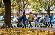 Młode kobiety z dziećmi na spacerze w Alei Róż.