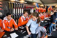 ROTTERDAM - Jaap Stockmann zet handtekening . Meet and Greet, handtekeningen verzamelen bij de hockey internationals in de Adidas stand tijdens de Rabobank Hockey World League. FOTO KOEN SUYK