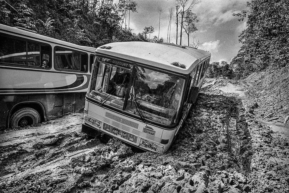 Brazil , Br156, Amapa. Liaison routiere entre Oipaoque et Macapa. Quotidiennement des bus relient la frontière guyanaise à Macapa. La BR156 reste une piste de latérite sur près d'un tiers de sa longueur : 190 kilomètres entre Calçoene et Oiapoque, sur les 595 qu'elle compte entre Macapá et Oiapoque, ne sont pas bitumés. En saison des pluies, cette portion de route est régulièrement impraticable. Durant cette période, le temps de trajet entre Macapá et Oiapoque est doublé par rapport à la saison sèche, pouvant dépasser les 24 heures.