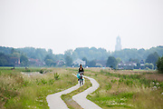 In de omgeving van Groenekan genieten mensen op de fiets van het mooie weer tijdens het Pinksterweekeinde.<br />