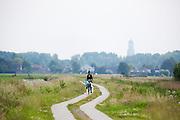 In de omgeving van Groenekan genieten mensen op de fiets van het mooie weer tijdens het Pinksterweekeinde.<br /> <br /> Near Groenekan people are enjoying the nice weather by bike.
