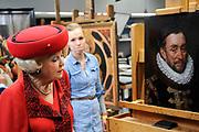 Staatsbezoek van de President van Slowakije , Zijne Excellentie president Ivan Gasparovic en zijn echtgenote Silvia Gasparovicova.<br /> <br /> Statevisit of the President of  Slowakije Ivan Gasparovic and his wife  Silvia Gasparovicova.<br /> <br /> Op de foto/ On the photo: <br /> <br />  Koningin Beatrix bekijkt een portret van Willem de Zwijger ( Willem van Oranje ) in de restauratieafdeling van het Rijksmuseum<br /> <br /> Queen Beatrix viewing a portrait of William the Silent ( Willem of Orange ) in the restoration department of the National Museum