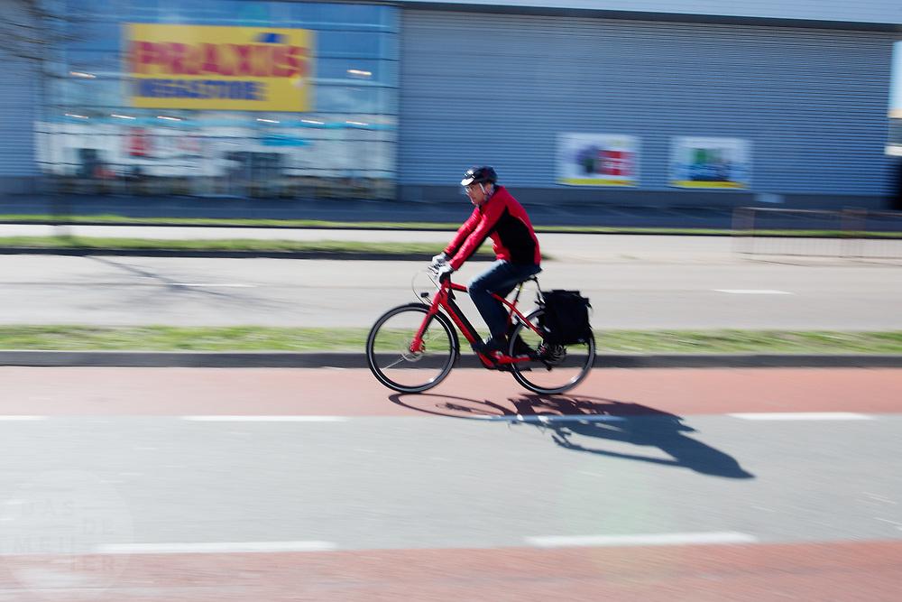 In Ede rijdt een man op een speed pedelec, een snelle elektrische fiets. Door de sterke elektrische motor kan met de fiets een snelheid van 45 km/u worden gehaald. Momenteel wordt de speed pedelec gezien als een snorfiets. Vanaf 1 januari 2017 wordt de rappe e-bike behandeld als een bromfiets met de daarbijbehorende eisen als helm- en verzekeringsplicht. <br /> <br /> In Ede a man rides on a speed pedelec, a fast electric bike. Due to the strong electric motor one can reach a speed of 45 km / h with the bike. From January 1, 2017 is the fast e-bike treated like a moped with the corresponding requirements of helmet and insurance.