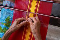 Indonesie. Lombok. Tissage des Ikats. // Indonesia. Lombok. Weaving of Ikat.