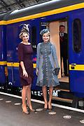 Staatsbezoek aan Nederland van Zijne Majesteit Koning Filip der Belgen vergezeld door Hare Majesteit Koningin <br /> Mathilde aan Nederland.<br /> <br /> State Visit to the Netherlands of His Majesty King of the Belgians Filip accompanied by Her Majesty Queen<br /> Mathilde Netherlands<br /> <br /> op de foto / On the photo: Koningin Maxima en koningin Mathilde van Belgie pakken de trein naar Utrecht CS met de Koninklijke trein voor een bezoek aan het nieuwe station op de laatste dag van een driedaags staatsbezoek. //// Queen Maxima and Queen Mathilde of Belgium take the train to Utrecht Central Station with the Royal train to visit the new station on the last day of a three-day state visit.