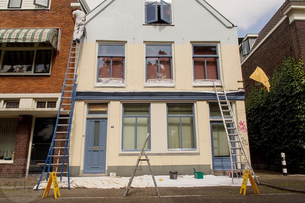 Aan de Weerdsingel in Utrecht is een schilder bezig met het schilderen van een huis.<br /> <br /> At the Weerdsingel in Utrecht is painter is painting a house.