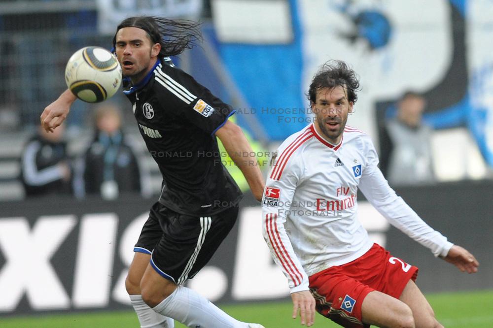 21-03-2010 VOETBAL: HSV - SCHALKE 04: HAMBURG<br /> Ruud van Nistelrooy en  Edu (Schalke #09<br /> ©2010- FRH-nph / Witke