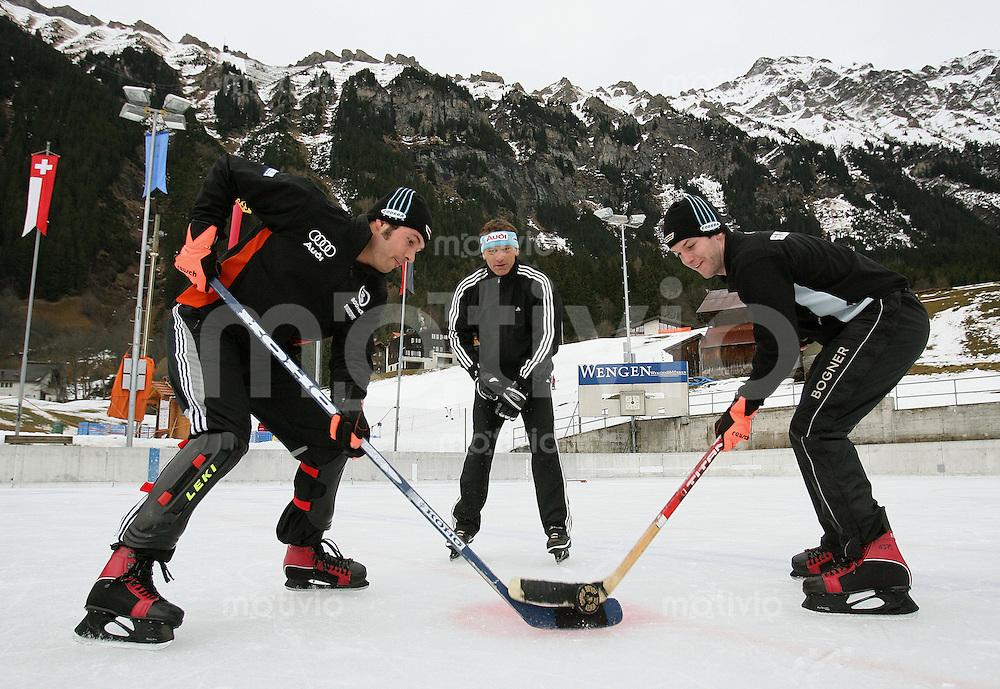Ski Alpin; Saison 2006/2007  77. Weltcup Abfahrt Herren GER Ski Team spielt Eishockey in Wengen, DSV Alpinchef Wolfgang Maier (mitte) beim Bully mit Johannes Stehle (li) und Stephan Keppler (re)