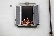 Milano,via padova: Transessuali fotografano la sfilata di popolando-mi.