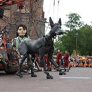 NLD/Leeuwarden/20180818 - De Reuzen van Royal de Luxe trekken door Leeuwarden, De Xolo en Het Kleine Reuzenmeisje