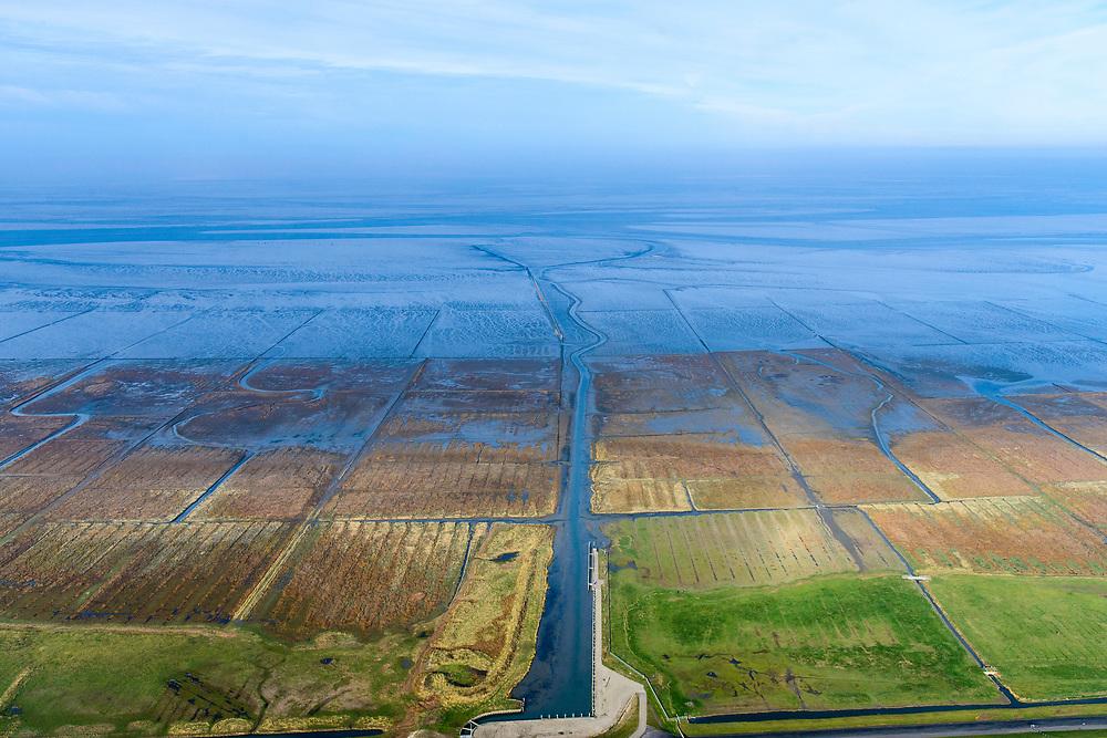 Nederland, Groningen, Gemeente Eemsmond, 04-11-2018; Usquert, Noordpolderzijl, kleine zeehaven, grenzend aan de Waddenzee. Vernoemd naar zijl (uitwaterende sluis) van de Noordpolder. Bij hoogwater is de haven bereikbaar via het water van Noordpoldermude, geul door het Groningse Wad.<br /> Hamlet with small sea port, north Netherlands.<br /> <br /> luchtfoto (toeslag op standaard tarieven);<br /> aerial photo (additional fee required);<br /> copyright © foto/photo Siebe Swart