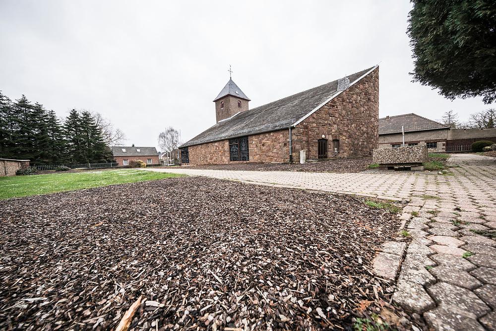 Morschenich, DEU, 28.02.2020<br /> <br /> Die ehemalige Kirche St. Lambertus in Morschenich, erbaut 1954, und der ehemalige Friedhof<br /> <br /> Foto: Bernd Lauter/berndlauter.com