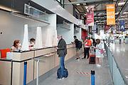 Duitsland, Weeze, 24-8-2020  Op het regionale vliegveld Weeze airport vlak over de grens tussen nijmegen en venlo is voor terugkerende vakantiegangers uit oranje gebieden een teststraat ingericht . Hier wordt een vlucht uit Mallorca met vakantiegangers opgewacht . De test is gratis en vrijwillig .Foto: ANP/ Hollandse Hoogte/ Flip Franssen