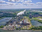 Nederland, Brabant, Geertruidenberg, 14-05-2020; Amercentrale, voormalige kolengestookte elektriciteitscentrale van Essent met karakeristieke koeltoren. De centrale verwerkt volgens de producent ook schone biomassa en houtgas. De centrale ligt aan het riviertje de Amer. <br /> Amer biomass power plant.<br /> <br /> luchtfoto (toeslag op standard tarieven);<br /> aerial photo (additional fee required);<br /> copyright foto/photo Siebe Swart