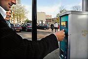 Nederland, Apeldoorn, 19-4-2007Bezoekers van de binnenstad kopen een parkeerkaartje bij de parkeerautomaat. Parkeercontrole, parkeerbon.Foto: Flip Franssen/Hollandse Hoogte