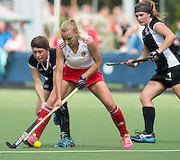 BREDA (Neth.)  Kate Sellar (m) of England with Alicia Caillard (r)  and Charlotte Symes (l) of NZ and during the match  New Zealand vs England U21 women . Volvo Invitational Tournament U21. COPYRIGHT KOEN SUYK