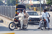 19 OCT 2001, RAWALPINDI/PAKISTAN:<br /> Mopedfahrer auf einer Hauptstrasse von Rawalpindi in der Naehe von Islamabad<br /> IMAGE: 20011019-02-005<br /> KEYWORDS: Motorrad, Motorradfahrer, motorbike