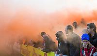 UTRECHT - Hockey - Play offs Kampong-Bloemendaal (2-3). Bloemigans , supporters van Bloemendaal met fakkels en rook.   Copyright KOEN SUYK