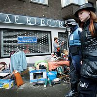 Nederland. Amsterdam. 30 april 2010..Vrijmarkt tijdens koninginnendag op de stoep bij Electronicazaak RAF in de Rijnstraat die na een tijdelijke faillisement vanaf 1 mei een doorstart maakt.
