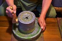 Japon, île de Honshu, région de Kansaï, Uji, monsieur Kanbayashi Sannuy de Mitshuboshien, moulin à thé matcha // Japan, Honshu island, Kansai region, Uji, Mr Kanbayashi Sannuy from Mitshuboshien, matcha tea mill