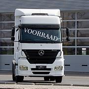Nederland Moordrecht 5 april 2009 20090405 Foto: David Rozing ..Truck op parkeerterrein autodealer met tekst op voorruit : Voorraad Ivm de economische crisis is de transportsector hard getroffen. ..Foto: David Rozing