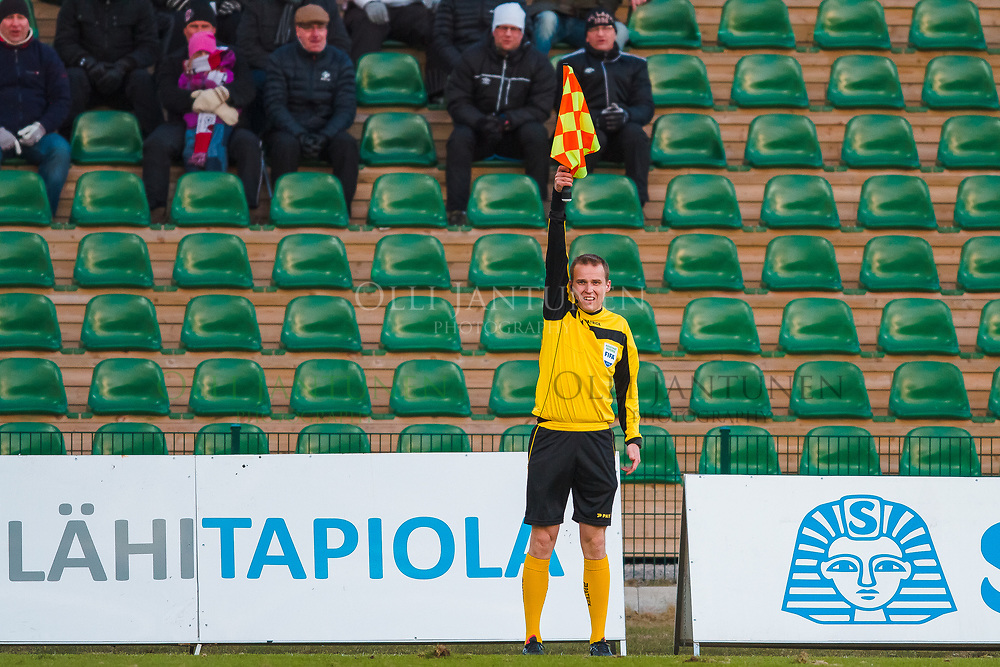 Avustava erotuomari Jonas Turunen Veikkausliigan ottelussa FC Lahti-IFK Mariehamn. Kisapuisto, Lahti, Suomi. 23.4.2015.