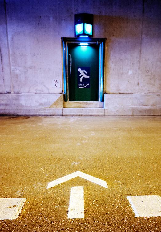 Nederland, Utrecht, 27 jan 2012.Morgenmiddag gaat de eerste van de vier tunnelbuizen van de Leidsche Rijntunnel open voor het verkeer. De tunnelbuizen waren al een tijd klaar, maar het veiligheidssysteem was gecompliceerder dan van te voren werd gedacht, waardoor de openstelling 1,5 jaar later plaatsvind dan werd gedacht. De tunnel is 1,9 km lang. Er zijn heel veel veiligheidsvoorzieningen..Op foto: Ingang vanuit de verkeerstunnel naar de vluchttunnel..Foto (c): Michiel Wijnbergh