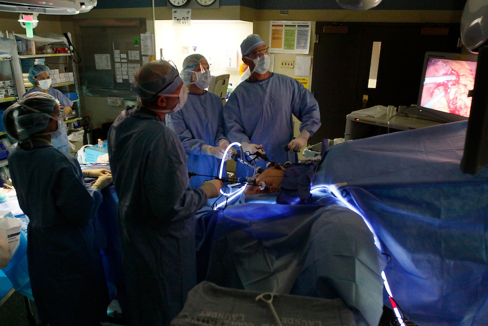 Bariatric surgeon Dr. Michael Snyder (R) assisted by surgical assistant Anthony Cavello (2nd L) performs a laparoscopic gastric bypass on Carolyn Dawson (abdomen seen lower) at Rose Medical Center in Denver August 30, 2010 with Karen McDonald, surgical technologist (L) and Stephanie Clay student operating the camera (3rd from L).  Snyder does four types of bariatric procedures completing 451 just last year. REUTERS/Rick Wilking (UNITED STATES)