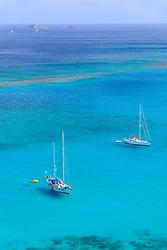 Segelboote in der Bucht von Savannah Bay, Sailing Boats in the Bay of Savannah Bay, Virgin Gorda Island, Britische Jungferninsel, Karibik, Karibisches Meer, British Virgin Islands, BVI, Caribbean Sea
