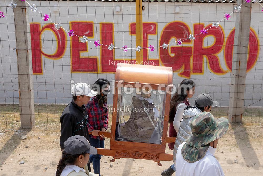 02 junio 2021, Tultepec, Estado de México. Peregrinación de la imagen de San Juan de Dios por los talleres pirotécnicos de La Saucera. En la imagen, jóvenes llevan al santo hacia su taller pirotécnico.