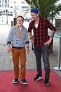 Nederlandse première van Wickie, de Musical  in het Nieuwe Luxor Theater in Rotterdam.<br /> <br /> Op de foto:  Johnny de Mol met Tomas van den Broek voor opnamen van SynDROOM