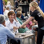 Nederland Rotterdam 08 augustus 2010 20100808  Horecagelegenheid de Tuin in Rotterdam, mensen genieten van het zomerweer op het terras. bedienen, personeel, werknemer, werknemers, Foto: David Rozing