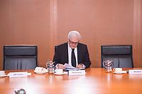 11 FEB 2014, BERLIN/GERMANY:<br /> Frank-Walter Steinmeier, SPD, Bundesaussenminister, liest in seinen Unterlagen, vor Beginn der Kabinettsitzung, Bundeskanzleramt<br /> IMAGE: 20150211-01-003<br /> KEYWORDS: Kabinett, Sitzung, Akten,
