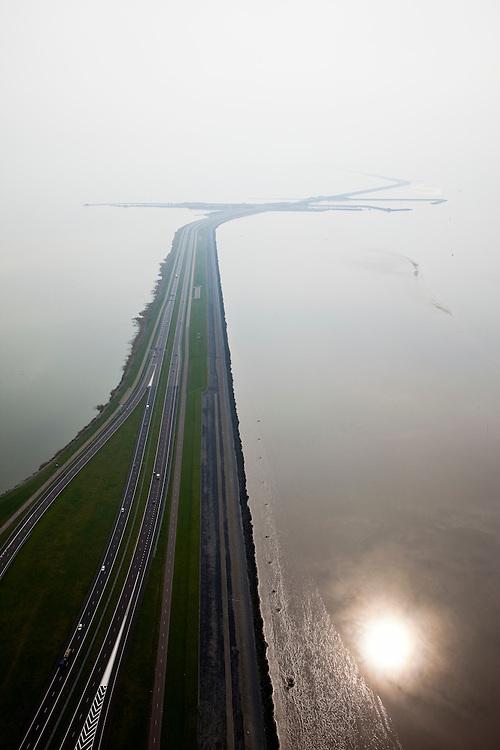 Nederland, Friesland, Gemeente Wonseradeel, 28-04-2010; begin van de Afsluitdijk vanuit Friesland, met Kornwerderzand, gezien naar het westen (naar Noord-Holland). .Aanleg van de dijk vormde onderdeel Zuiderzeewerken, initiatief van ingenieur Cornelis Lely..Enclosure Dam from the coast of Friesland, with Kornwerderzand, seen west (to North-Holland). Construction of the dam was part of the Zuiderzee Works, an initiative of engineer Cornelis Lely..luchtfoto (toeslag), aerial photo (additional fee required).foto/photo Siebe Swart