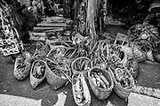NOUVELLE CALEDONIE, Canala - Coutume du mariage Kanak - Le clan de l'epoux va chercher la femme dans sa tribu - Le mariage se termine. Le clan de l'homme emporte la femme et les enfants, puis l'ensemble des presents, ignames, manus, tortue, les nattes, les affaires personnelles de son epouse et de ses enfants ainsi que toute les décorations  -  Aire Coutumiere de XARACUU - Canala - Tribu de Nanon-Kenerou - Le Caillou - Septembre 2013
