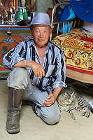 Mongolie, province de Tov, nomade et son chat // Mongolia, Tov province, nomad and his cat